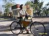 骑着中国自行车的摄影师